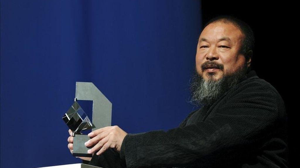 """Fotografía de archivo fechada el 26 de septiembre de 2010 del artista y activista chino Ai Weiwei tras recibir la estatuilla del premio Kassel """"Das Glas der Vernunft"""" en Kassel (Alemania). EFE/Archivo"""