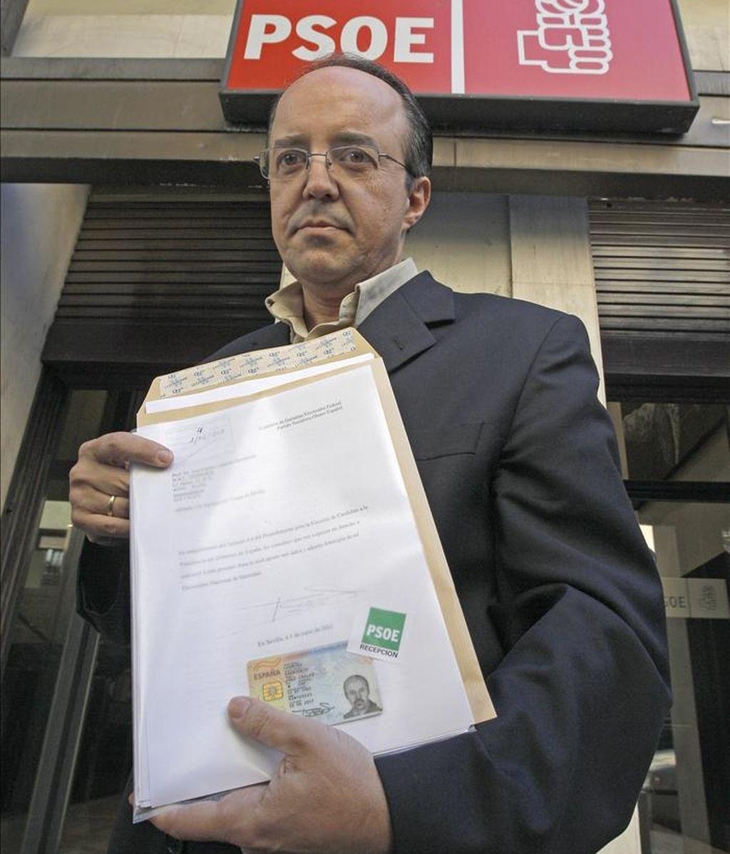 El profesor José Carlos Carmona, que tiene la intención de presentarse a las elecciones primarias del PSOE y enfrentarse al candidato oficial, Alfredo Pérez Rubalcaba, a su llegada a la sede del partido, en la calle Ferraz de Madrid, para formalizar su candidatura. EFE
