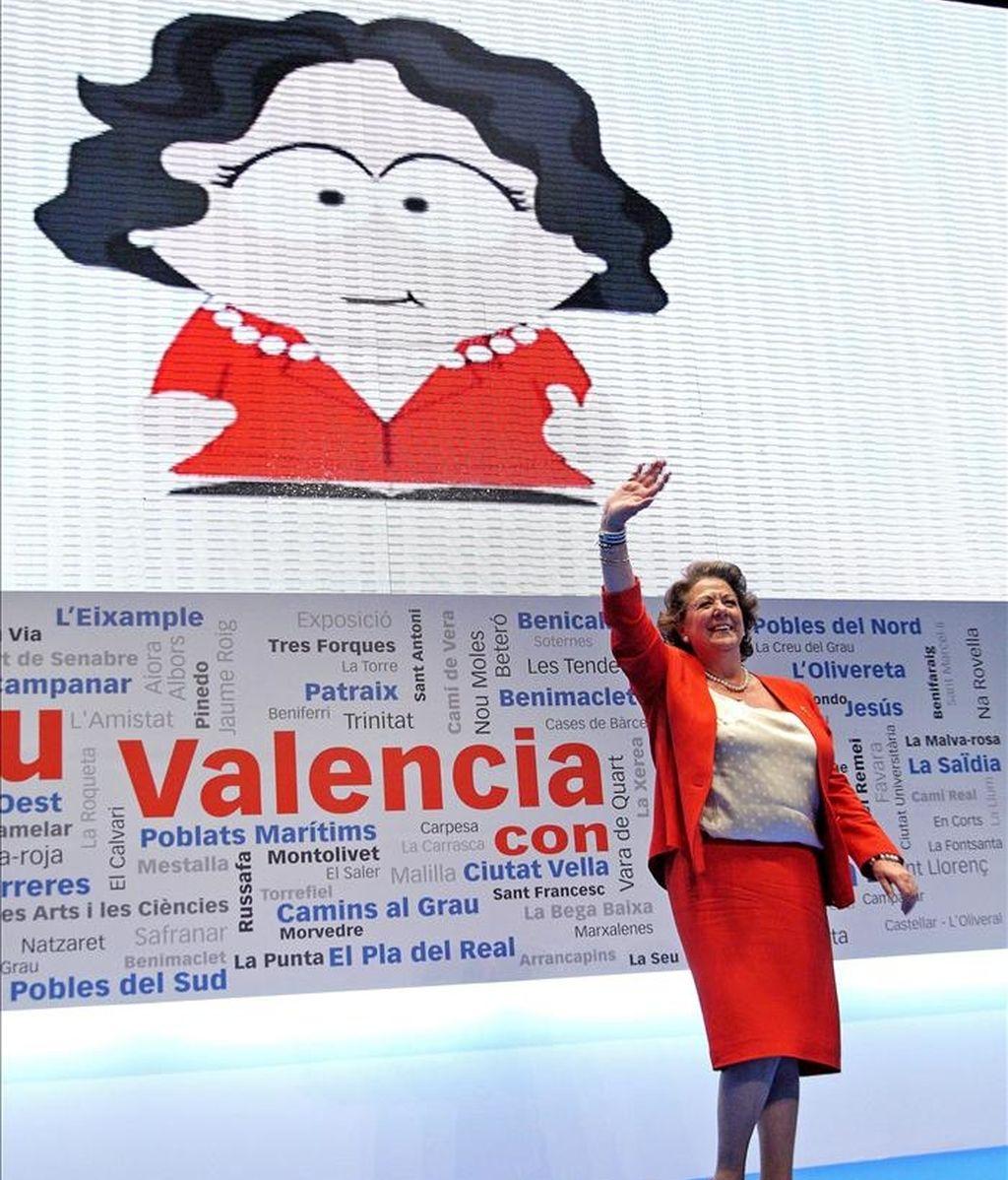 La alcaldesa de Valencia, Rita Barberá, ante una caricatura de ella durante el acto celebrado hoy en el que fue proclamada candidata del PP a la Alcaldía valenciana. EFE