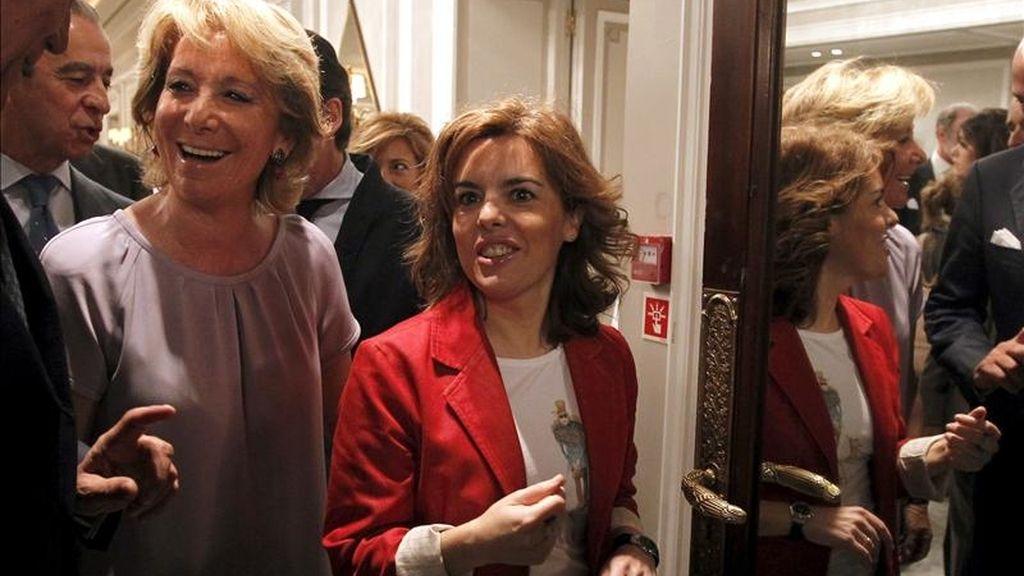 Esperanza Aguirre (i), presidenta de la Comunidad de Madrid y candidata a la reelección, acompañada por Soraya Sáenz de Santamaría, portavoz parlamentaria del PP, a su llegada al desayuno informativo en el que participó. EFE