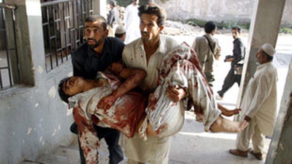 Los talibán vengan la muerte de Bin Laden con un atentado suicida en Pakistan. Vídeo: Informativos Telecinco.