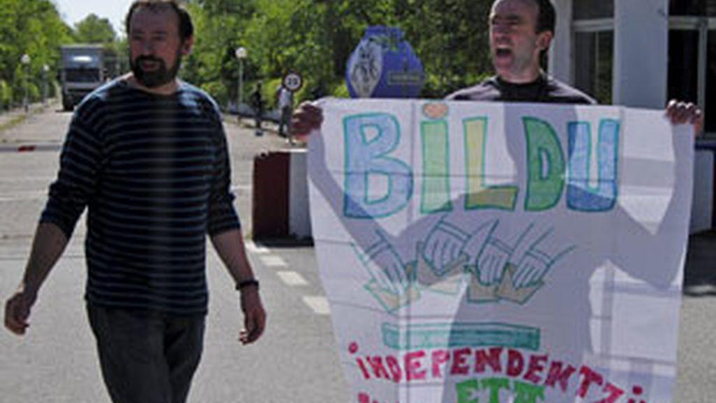 El etarra Ander Errandonea Arruti, con una pancarta a favor de Bildu al salir de prisión. Video: Informativos Telecinco.