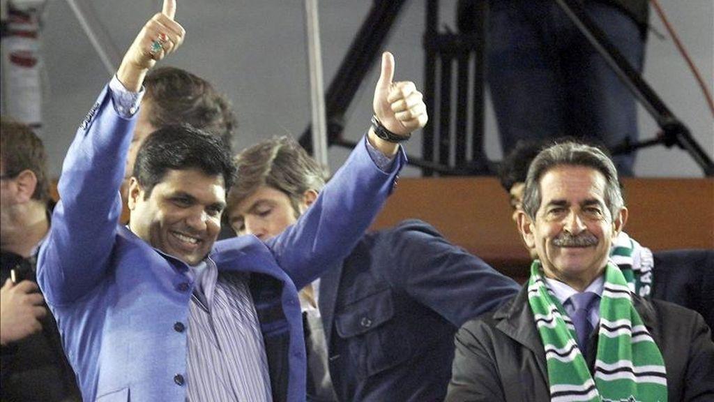 El propietario del Racing de Santander, el indio Ali Syed (i) saluda a los aficionados acompañado por el presidente de Cantabria, Miguel Angel Revilla. EFE/Archivo