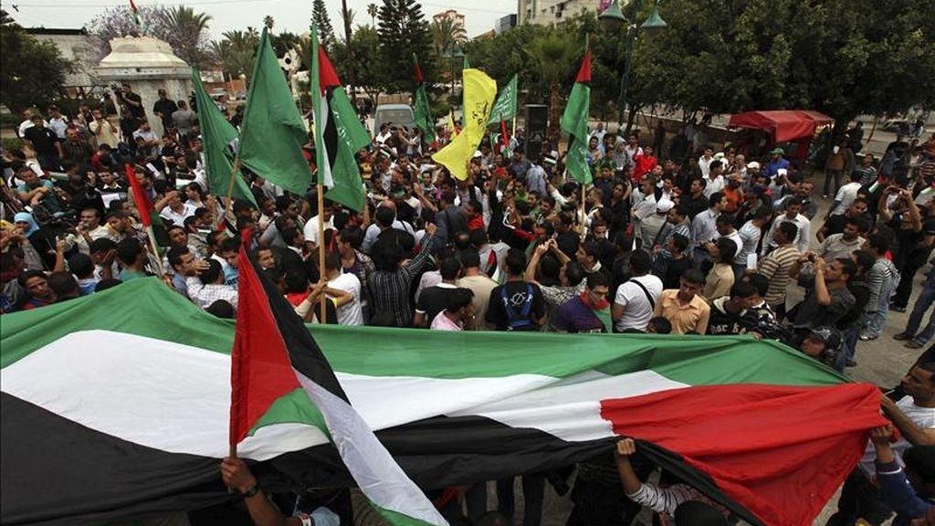 Palestinos se congregan para celebrar el pacto de reconciliación alcanzado entre el partido nacionalista palestino Al Fatah y el movimiento islamista Hamás, en la ciudad de Gaza (franja de Gaza), hoy, miércoles 4 de mayo de 2011. EFE