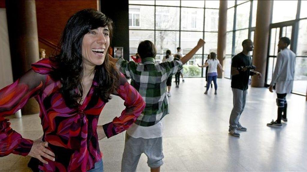 """La bailarina y coreógrafa Blanca Li (i), durante la clase magistral en la que enseñó lo que los bailarines de su última producción, """"Elektro Kif"""", son capaces de hacer. EFE"""