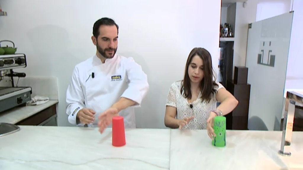 Paula Rojo le enseña a Mario Sandoval a cantar 'Si me voy' con el ritmo de un vaso