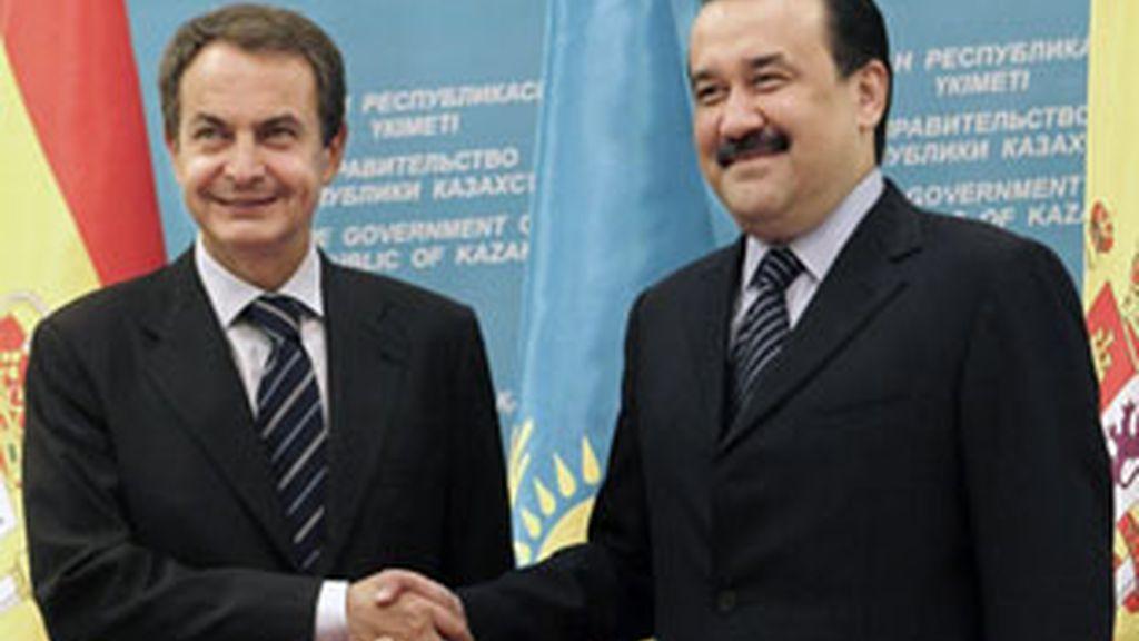 Zapatero, junto al primer ministro de Kazajistán, Karim Massinov. Foto: EFE.