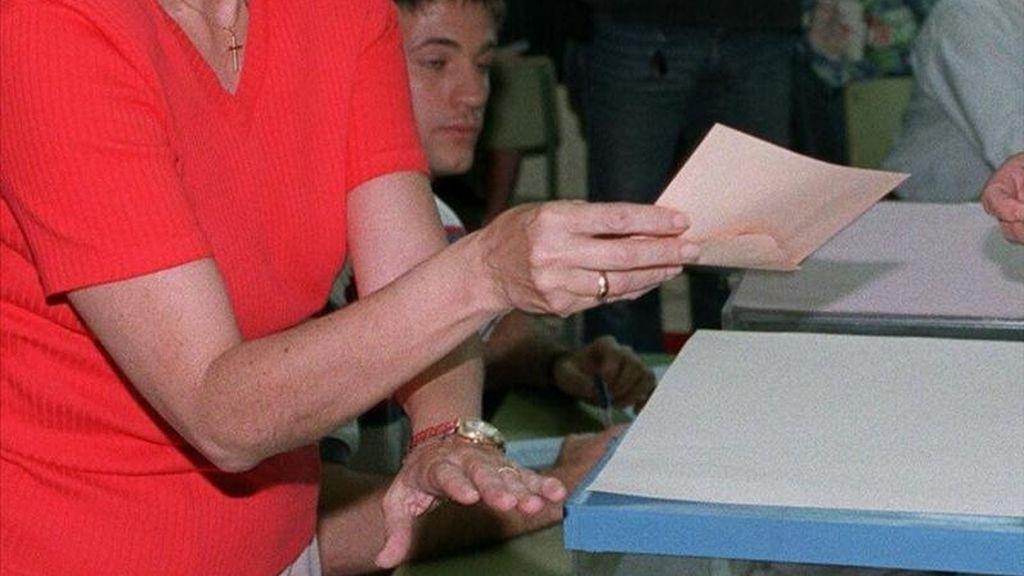 Un ciudadano deposita su voto en unas elecciones. EFE/Archivo