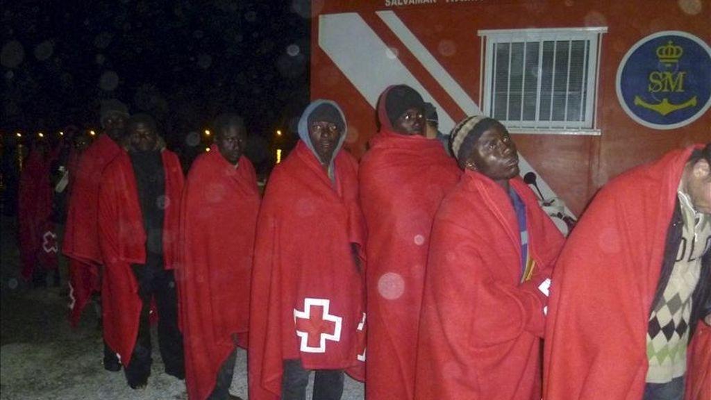Efectivos de Salvamento Marítimo y de la Guardia Civil han rescatado esta noche a 42 inmigrantes que viajaban en una embarcación que se encontraba a la deriva a unas 30 millas al sur de Motril (Granada). EFE/