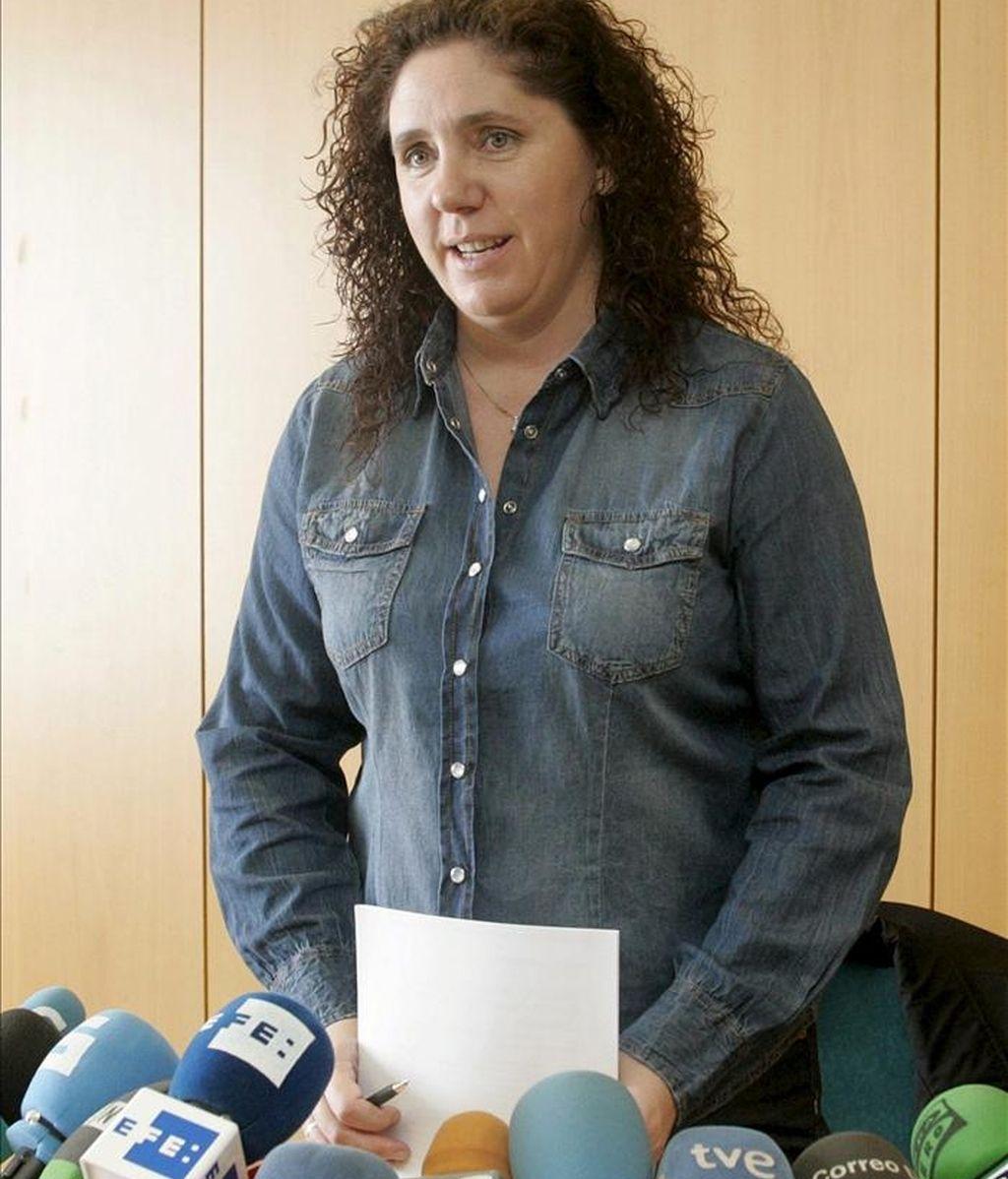 """Rosa Arcos, hermana de la desaparecida hace quince años María José Arcos, durante la rueda de prensa que ofreció el pasado día 12 de abril de 2011, en la que reclamó a la Guardia Civil que busque el cuerpo de su hermana en las fincas del imputado en este caso, R.V., puesto que """"esa teoría es mucho más consistente que las otras opciones"""" barajadas por la propia familia. EFE/Archivo"""