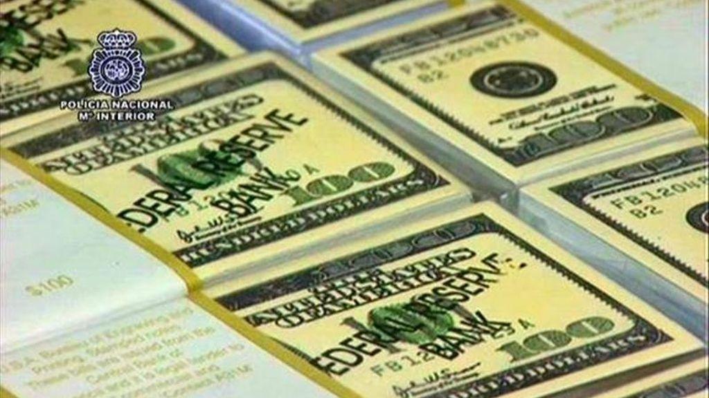 """Fotografía facilitada por el Ministerio del Interior de los paquetes de cartulinas que simulaban billetes de dólares americanos que ha sido intervenidos en una operación en la que la Policía Nacional, el FBI, los servicios secretos de EE.UU. y el SOCA británico han desarticulado una red internacional que podría haber estafado más de 11 millones de euros mediante el timo de las """"cartas nigerianas"""" en la variante de falsas herencias, y en la que han sido detenidas 18 personas. EFE"""