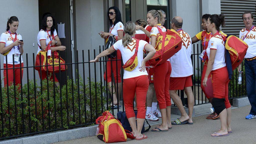 El equipo olímpico español femenino de balonmano llega a su residencia en la Villa Olímpica