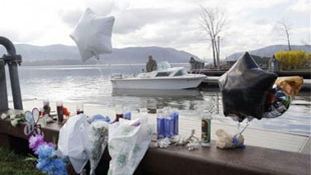 Flores en el río Hudson recuerdan a los fallecidos en la tragedia. Foto: AP.