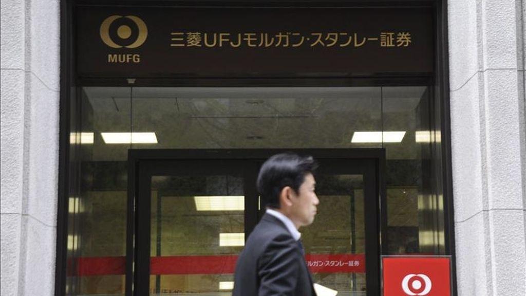 Un ejecutivo japonés camina frente al edificio de Mitsubishi UFJ Financial Group (MUFG), en Tokio. EFE/Archivo