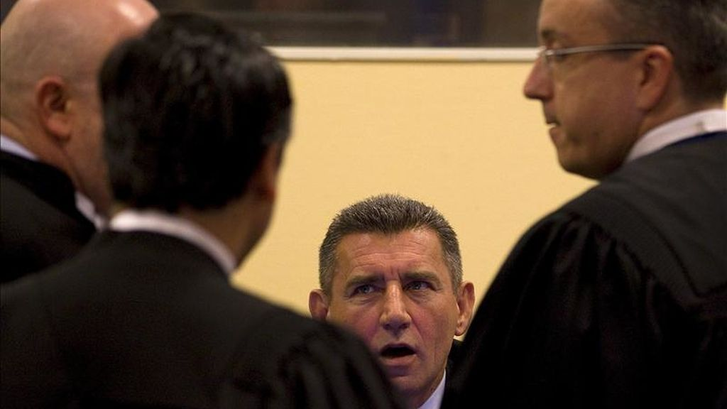El ex general croata Ante Gotovina reacciona mientras habla con sus abogados en la sala donde se ha dictado la sentencia del Tribunal Penal Internacional para la antigua Yugoslavia (TPIY) contra los tres generales croatas Ante Gotovina, Ivan Cermak y Mladen Markac acusados de crímenes de guerra durante una operación militar en Croacia en agosto de 1995 en La Haya (Holanda) hoy, viernes, 15 de abril de 2011. EFE