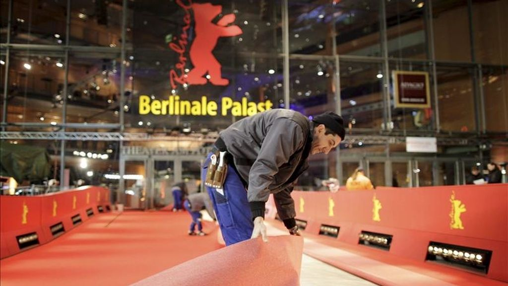 Unos operarios colocan la alfombra roja como parte de los preparativos del Festival de Cine de Berlín en la capital alemana. EFE