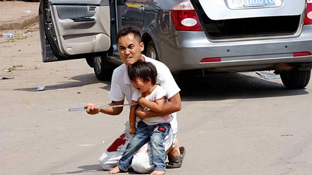 Zhang Gang amenaza a la policía con matar a la pequeña si no le dejan irse. Foto: Iberpress