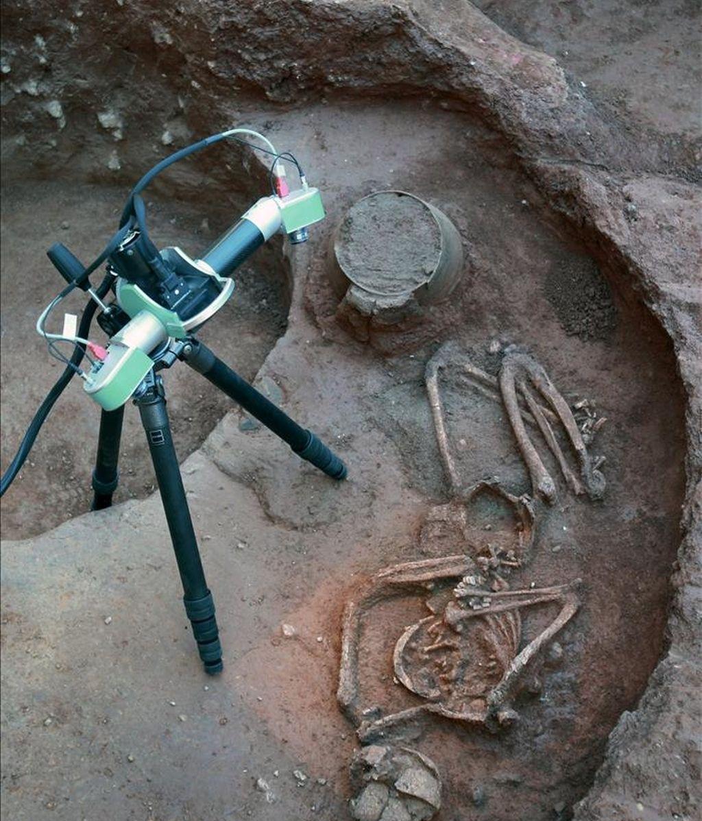 Un aparato de investigadores del CSIC realiza un escáner en tres dimensiones de la tumba en la que se ha encontrado el esqueleto de una mujer que vivió hace 6.000 años, descubierto al realizarse unas obras en la plaza de la Garduña de Barcelona. EFE