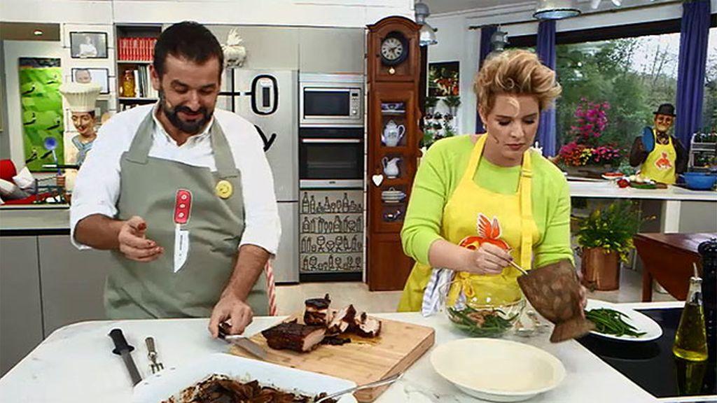 Tania Llasera nos prepara pecho de cerdo 'camaflú' en 'Robin food'