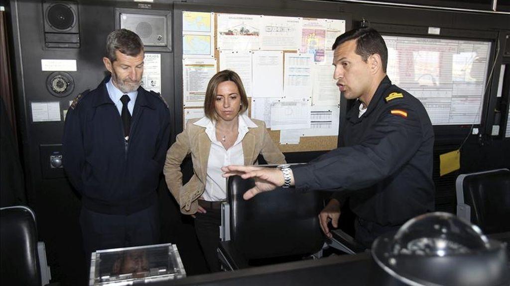 """Fotografía facilitada por el Ministerio de Defensa de la ministra, Carme Chacón, acompañada por el jefe de Estado Mayor de la Defensa (JEMAD), general José Julio Rodríguez (i), en la fragata de combate """"Méndez Núñez"""", atracada en el puerto de Cagliari, como parte de la visita que ha realizado a las tropas españolas desplegadas en la misión de Libia. EFE"""