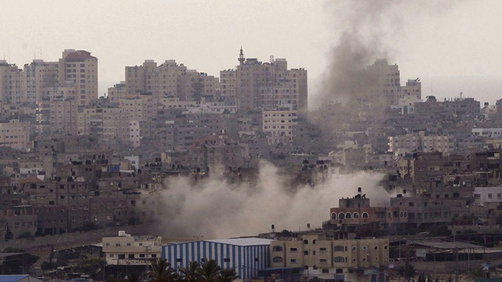 Una columna de humo se eleva en medio de un populoso barrio de Gaza tras los bombardeos de la aviación israelí
