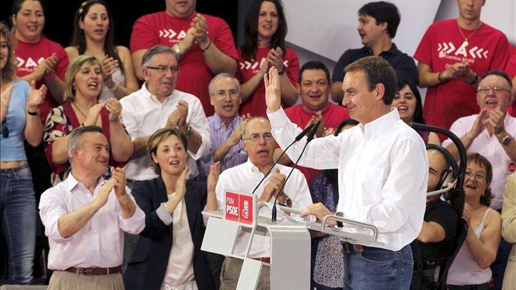 El presidente del Gobierno, José Luis Rodríguez Zapatero, saluda antes de intervenir en un acto de precampaña para las elecciones locales de mayo organizado hoy en Alcalá de Henares (Madrid). EFE