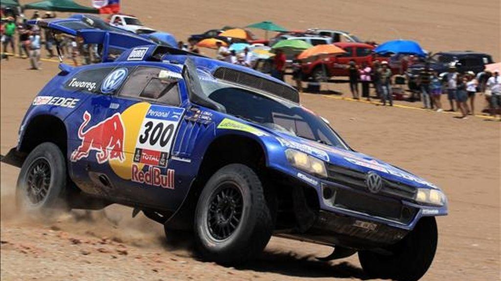 """El piloto español Carlos Sáinz (abajo) desciende hacia el océano Pacífico al llegar a Iquique, Chile, durante el especial de la quinta etapa del """"Rally"""" Dakar 2011, entre Calama e Iquique. EFE"""