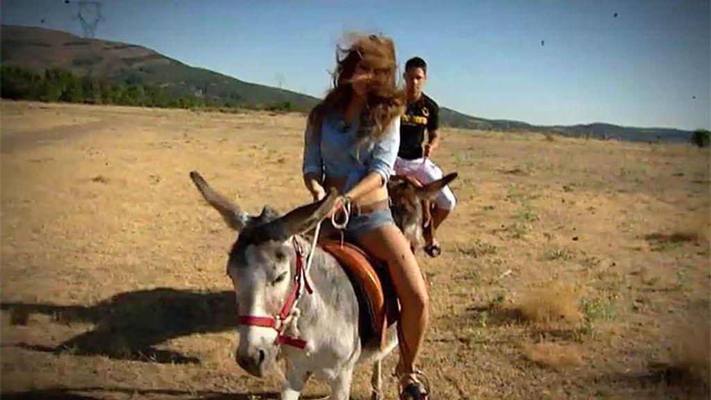 Paseo en burro, carcajadas y piropos