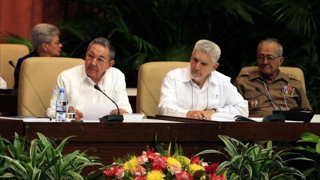 El presidente cubano Raúl Castro (i), el vicepresidente Ramiro Valdés (c) y el ministro de las Fuerzas Armadas, general Julio Casas (d), asisten este lunes en La Habana (Cuba) a las sesiones del Congreso del Partido Comunista de Cuba (PCC), durante la tercera jornada del VI congreso de esa organización. EFE