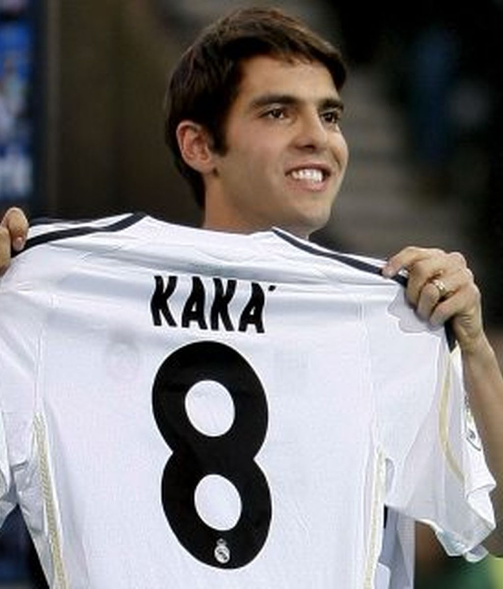 Muy arropado, Kaká quiere jugar de diez. Foto: EFE.