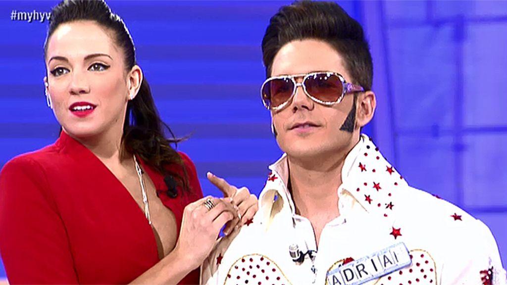 Adrián mueve sus caderas a lo Elvis