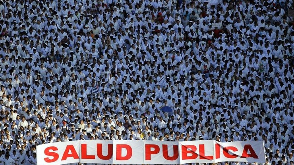 Miles de personas participan en el desfile por el Día Internacional del Trabajo en la Plaza de la Revolución de La Habana. EFE
