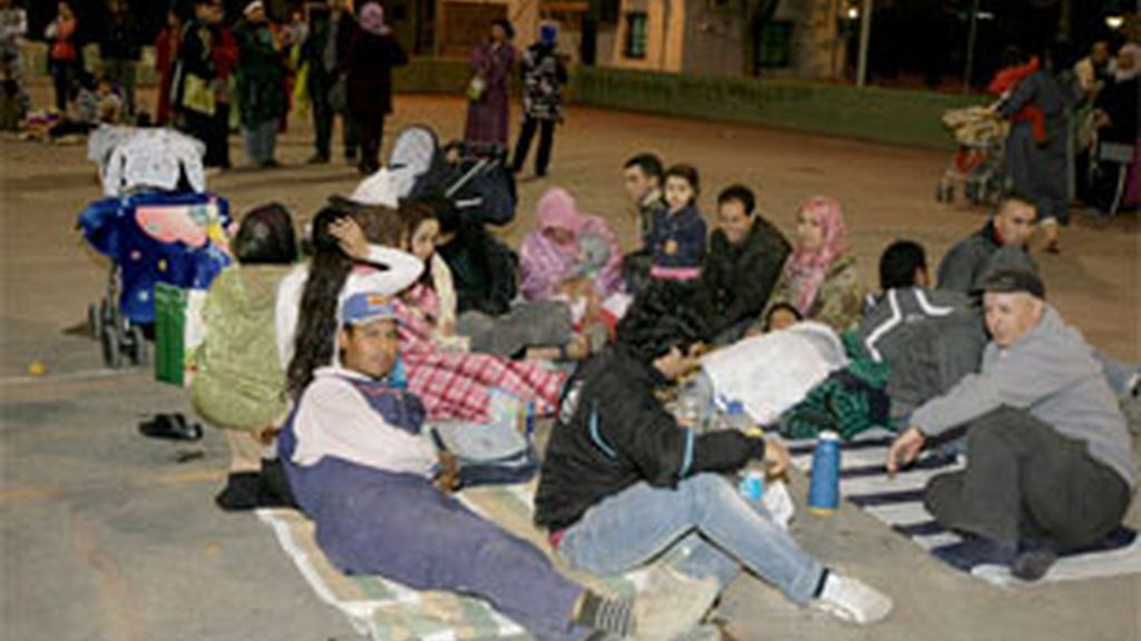 Varias personas se protejen con mantas en la calle por miedo a las réplicas del terremoto de 5,2 grados de magnitud que sacudió la localidad española de Lorca. Foto: EFE.