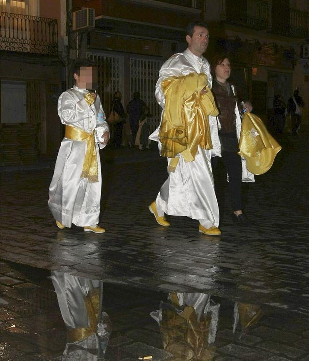 Cofrades de La Samaritana abandonan el Museo de la Semana Santa tras el anuncio de la suspensión de la procesión por la lluvia, anoche en la localidad alicantina de Orihuela. EFE