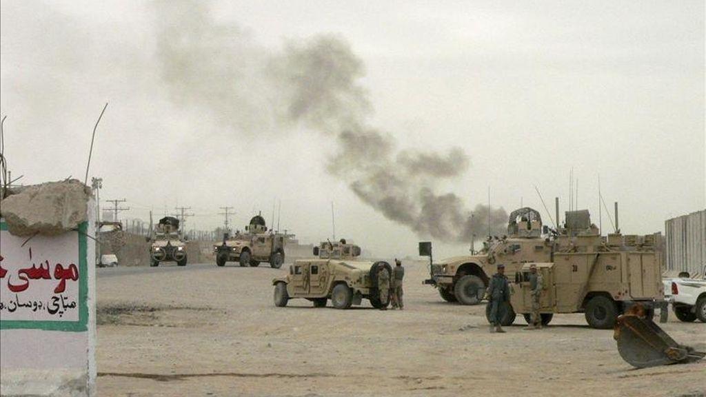 Una columna de humo sale de un edificio después de que un grupo de insurgentes armados asaltasen unas instalaciones policiales en Kandahar (Afganistán). EFE