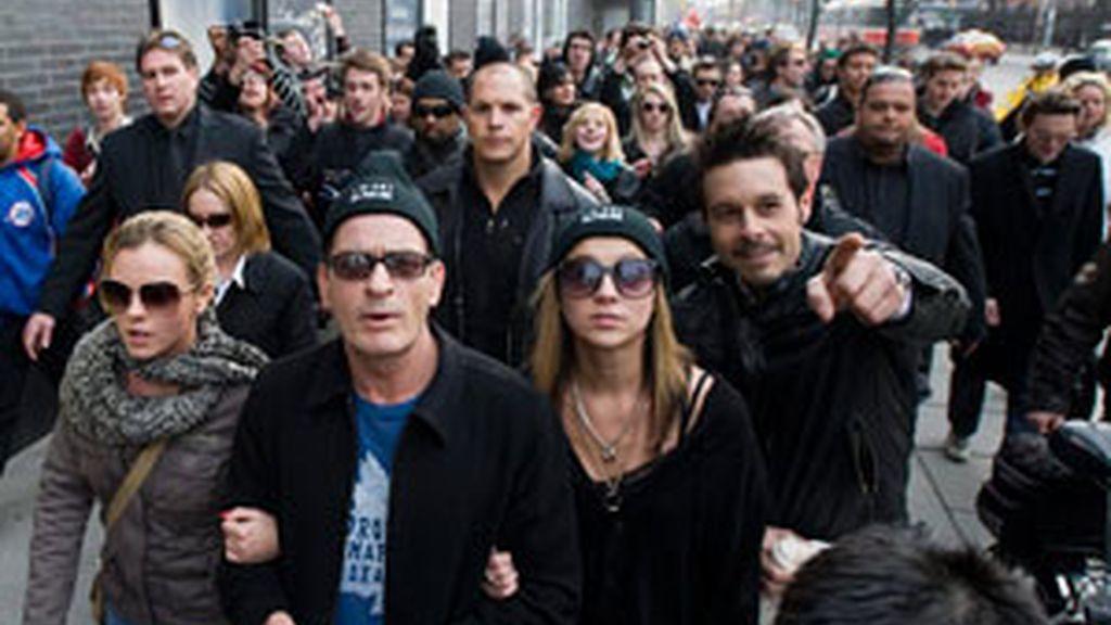 Charlie Sheen lidera la manifestación contra el trastorno bipolar. Foto: Gtres