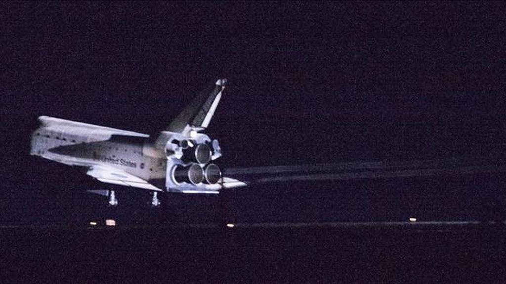 El transbordador Endeavour, con seis tripulantes a bordo, aterriza esta madrugada en el Centro Espacial Kennedy, en Cabo Cañaveral (Florida, Estados Unidos). EFE