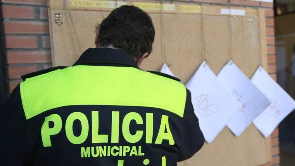 Un policia revisa el censo de votantes. EFE/Archivo