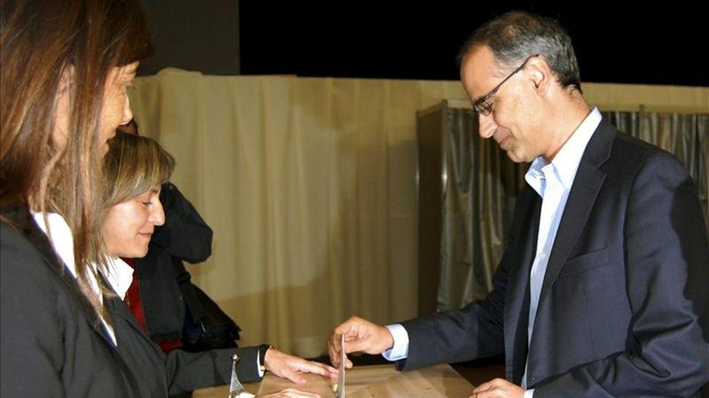 Fotografía facilitada por la Agencia Andorrana del candidato de Demòcrates per Andorra (DA), Toni Martí, votando en Escaldes-Engordany para las elecciones generales de Andorra. EFE