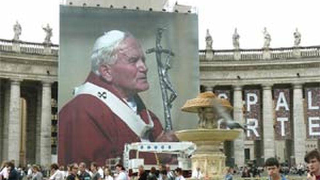 Peregrinos en la plaza de San Pedro del Vaticano un día antes de las ceremonias que culminarán mañana con la beatificación del papa Juan Pablo II. EFE