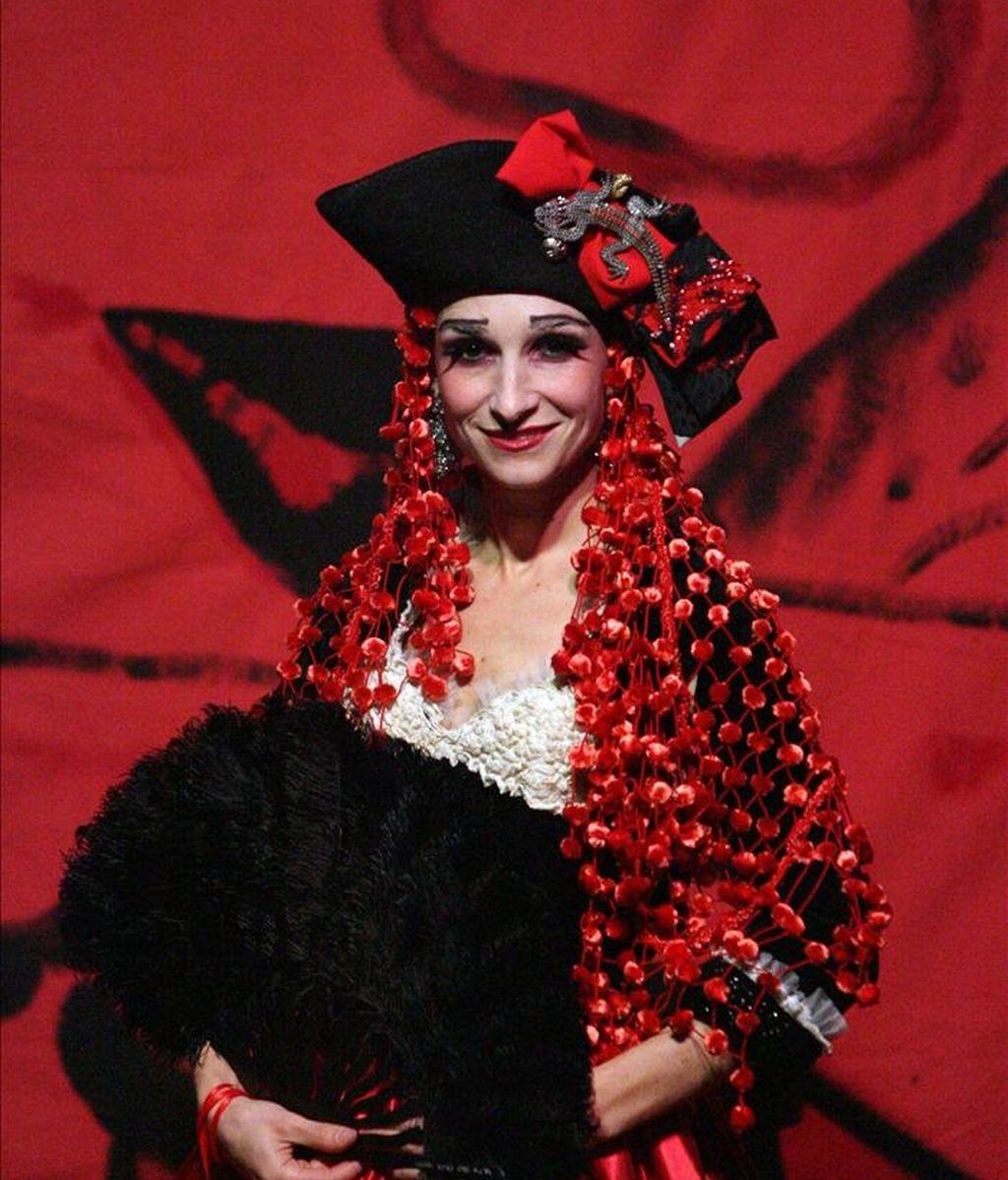 """En la imagen, la actriz y soprano Nene interpretó el papel de la tonadillera y cupletista Raquel Meller en la obra """"Por los ojos de Raquel Meller"""" en 2006 en Madrid. EFE/Archivo"""