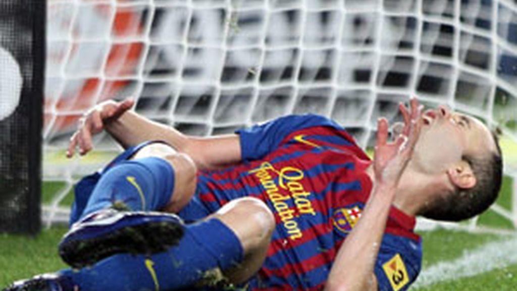 Iniesta en el momento de la lesión. Foto: EFE