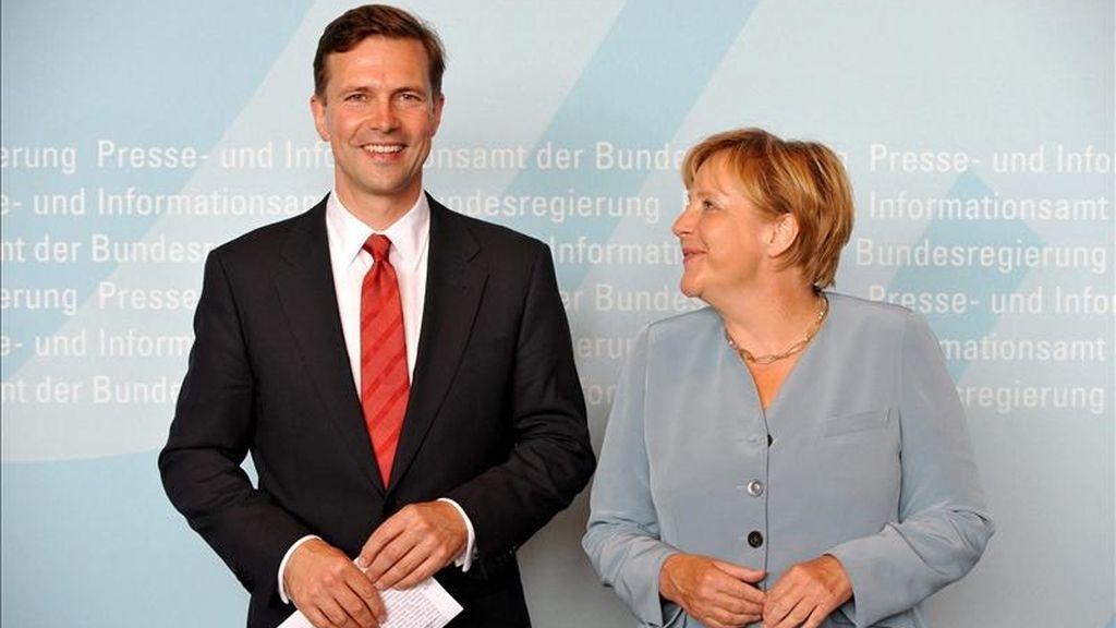 La canciller alemana, Ángela Merkel, y el portavoz del Gobierno alemán, Steffen Seibert, en Berlín. EFE/Archivo