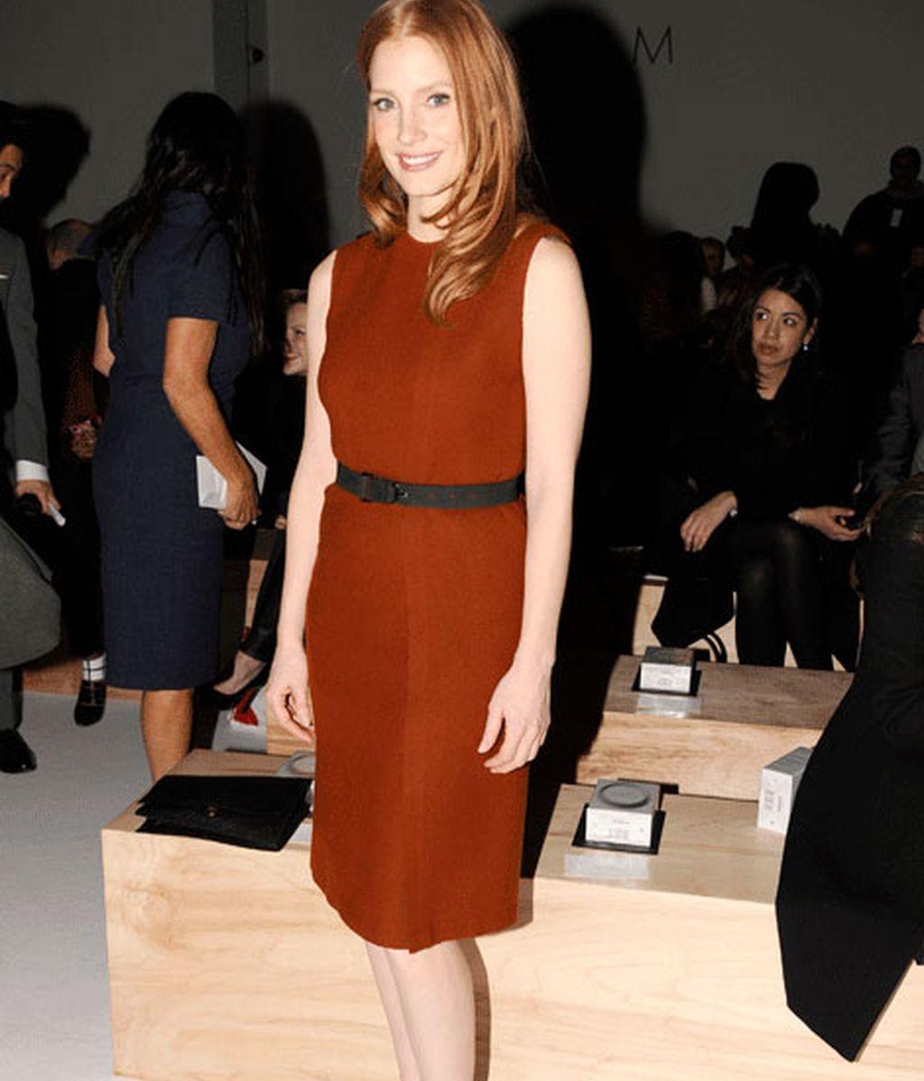 Jessica Chastain acudió al desfile de Calvin Klein con un look minimalista
