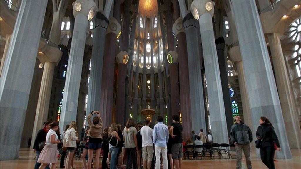 Primeros turistas que han podido visitar la basílica de la Sagrada Familia esta tarde tras el incendio provocado en la sacristía. EFE