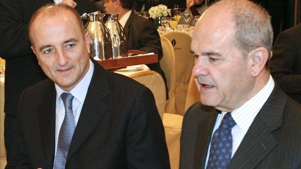 El ministro de Industria, Turismo y Comercio, Miguel Sebastián (i) y el presidente del PSOE, Manuel Chaves. EFE/Archivo