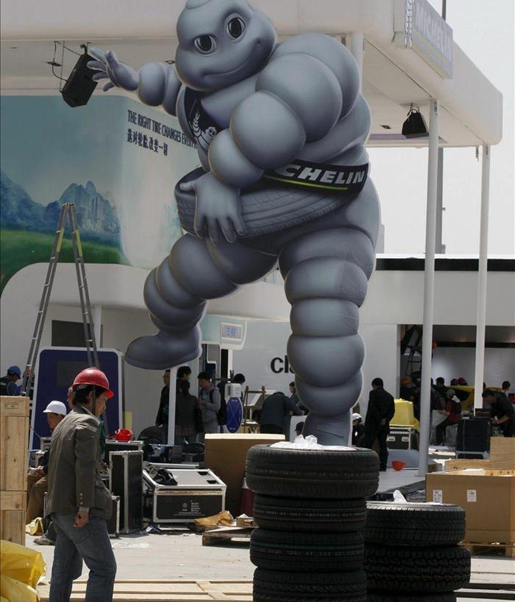 Operarios trabajan en la construcción del stand de Michelin en el Salón del Automóvil de Shanghái, China. EFE/Archivo