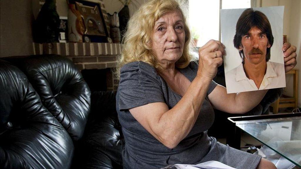Encarnación Montes, hermana de Miguel Montes, el preso común que lleva más tiempo en prisión en España tras sumar desde 1976 una veintena de penas, enseñando hoy una foto de su hermano. EFE