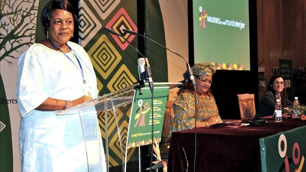 """Fotografía facilitada por AECID de la ministra namibia para la Igualdad de Género, Doreen Sioka, leyendo la """"Declaración de Windhoek"""", que puso punto final al VI Encuentro Internacional España-África """"Mujeres por un mundo mejor"""", clausurado hoy en Windhoek. EFE"""