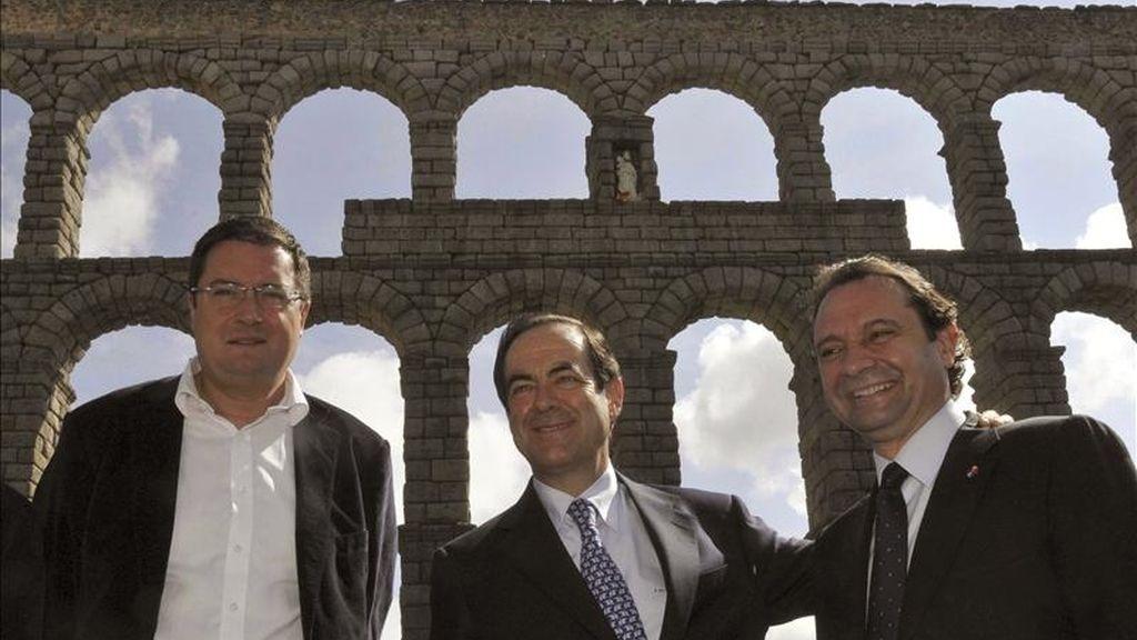 El presidente del Congreso de los Diputados, José Bono (c), junto al candidato del PSOE a la Presidencia de Castilla y León, Óscar López (izda), y el aldalde de Segovia, Pedro Arahuetes, durante la visita que realizó hoy a esta ciudad. EFE